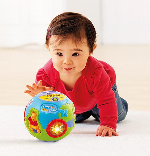 Baby mit Winnie Pooh Ball