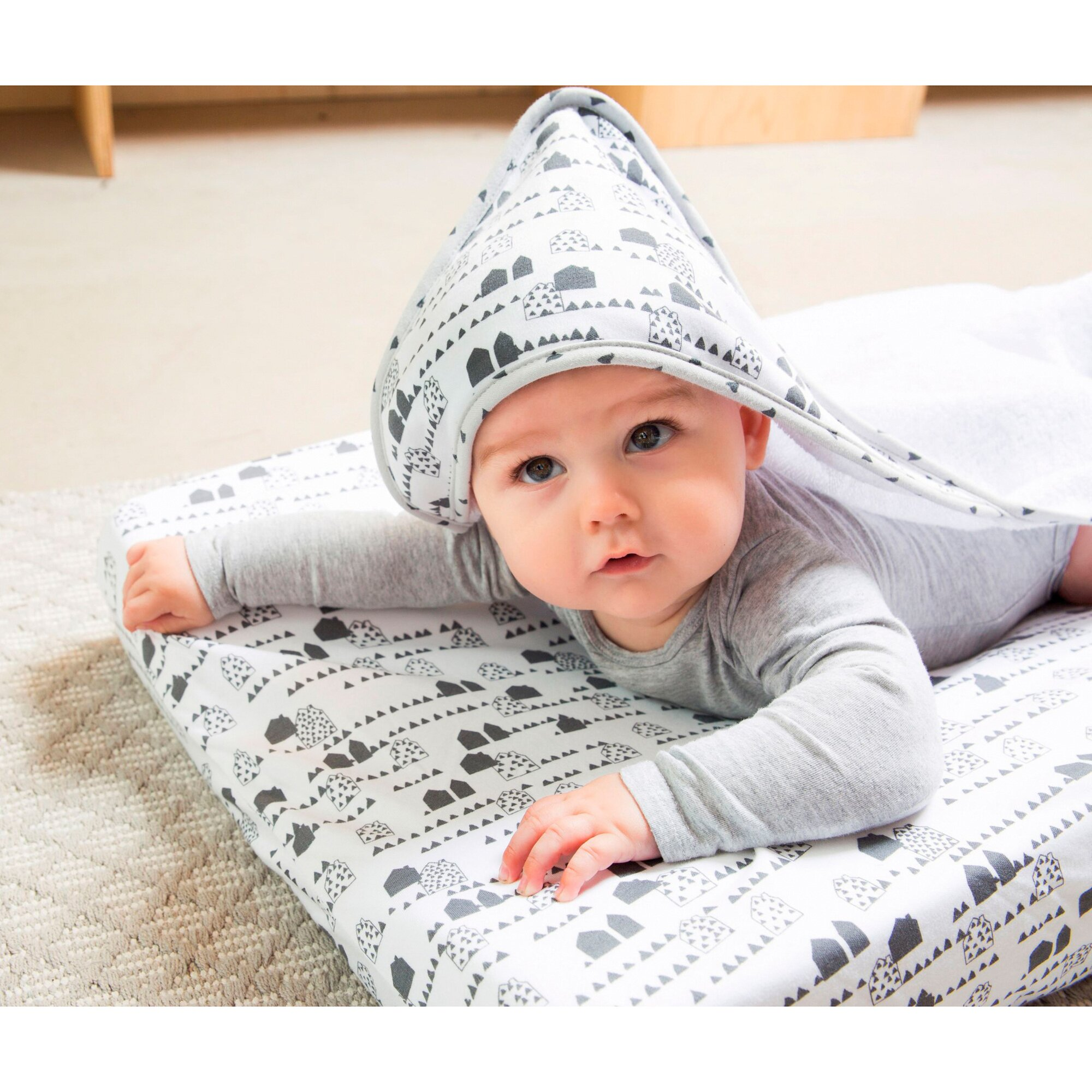 luma-babycare-kapuzen-badetuch-85x75-cm-grau